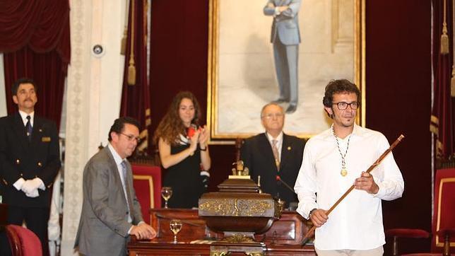 Kichi ya luce el bastón de mando del Ayuntamiento de Cádiz