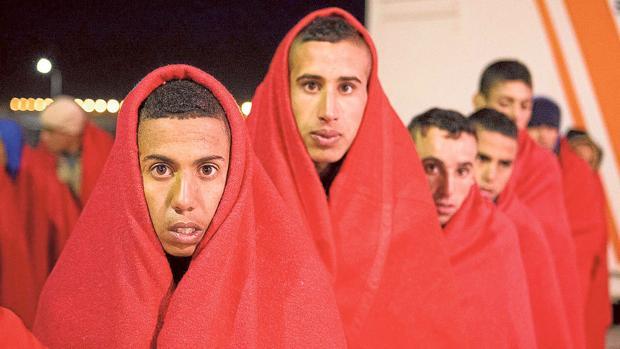 Varios menores inmigrantes tras desembarcar en las costas andaluzas