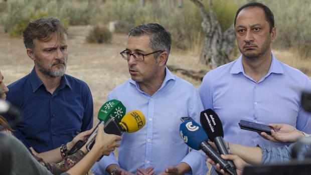 Hugo Morán atiende a los medios flanqueado por el consejero de Medio Ambiente y el delegado del Gobierno en Andalucía