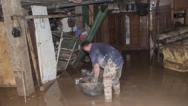 El pasado jueves algunos vecinos seguían achicando agua de sus domicilios