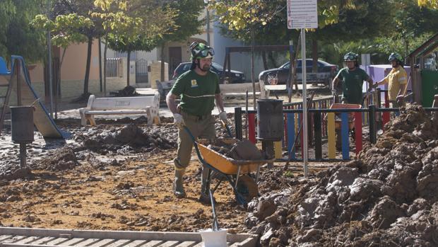 Patrulla del Infoca durante las tareas de limpieza de Campillos