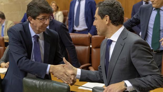 Juan Marín y Juanma Moreno, en el Parlamento andaluz