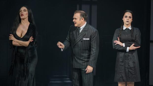 Los personajes de Morticia, Gómez y Miércoles, en una escena del musical