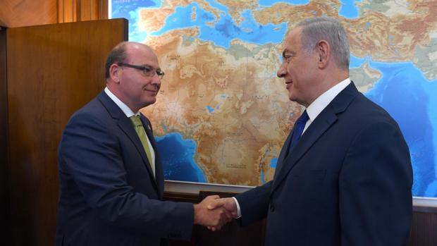 El primer ministro de Israel, Benjamín Netanyahu, saluda al alcalde de Jaén, Javier Márquez