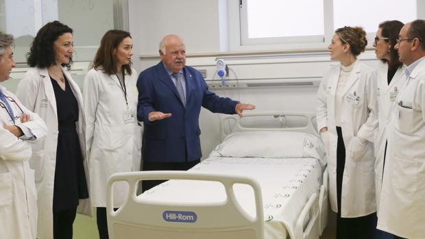 El consejero Jesús Aguirre en una visita al hospital Virgen del Rocío de Sevilla