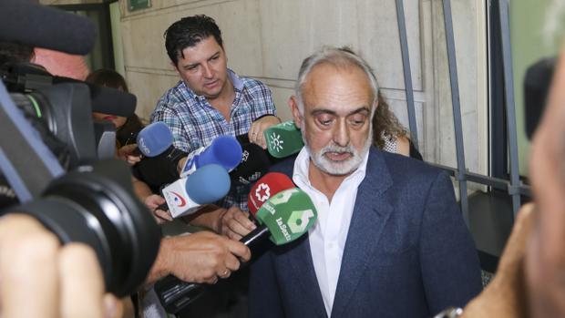 Los periodistas preguntan a Fernando Villén a su salida del juzgado