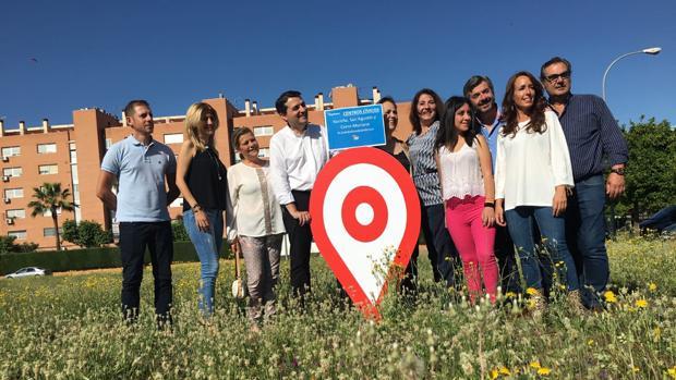 Bellido, junto con miembros de su candidatura, en el solar vacío de Arroyo del Moro