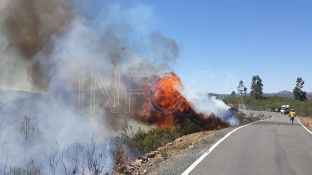Un bombero se dirige al fuego en Berrocal