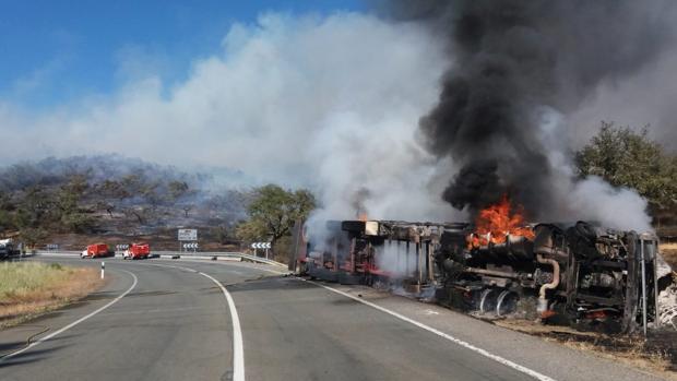 Imagen del camión volcado en el arcén de la carretera