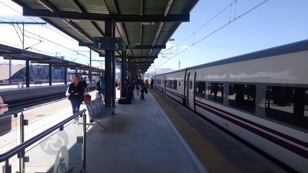 Imagen del tren Altaria que cubre el trayecto Algeciras-Madrid