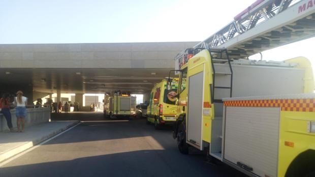 Dos camiones de bomberos y una ambulancia, este domingo ante las Urgencias del hospital de La Línea
