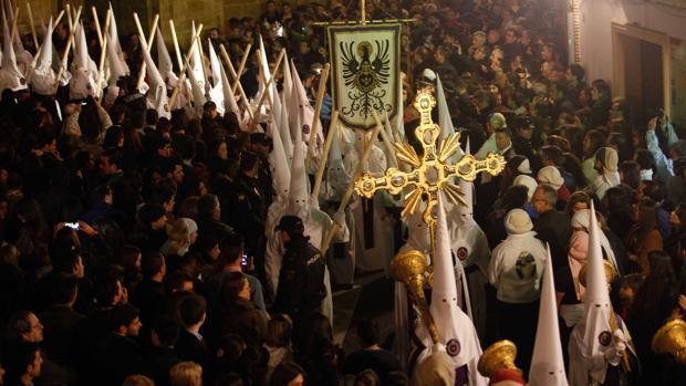 Nazarenos de la hermandad de la Misericordia realizando su estación de penitencia desde San Pedro