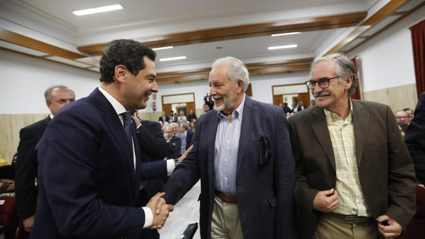 Juan Manuel Moreno Bonilla saluda a Julio Anguita a su llegada al Ayuntamiento de Córdoba