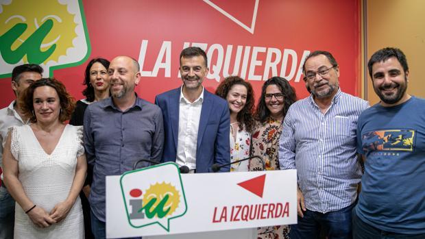 Antonio Maíllo rodeado de la dirección de IU en Andalucía