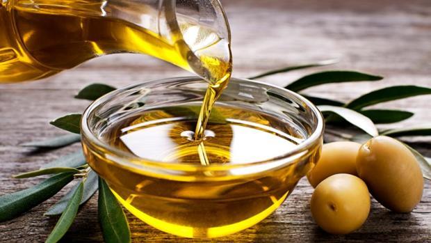 La Universidad de Granada ha comparado el aceite de oliva con el de girasol y el de pescado.