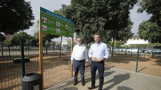 El presidente de Sadeco, David Dorado (derecha), en la inauguración del parque canino