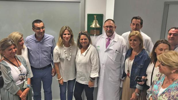 Imagen de los asistentes a la colocación de la campana en el hospital de La Línea