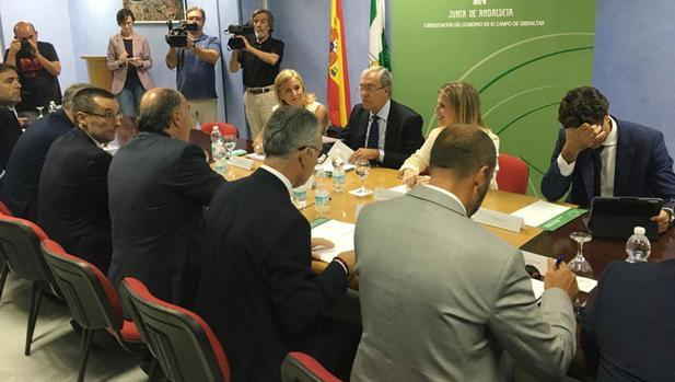 Rogelio Velasco, en el centro, en la reunión con los alcaldes del Campo de Gibraltar