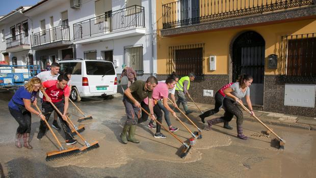 Un grupo de vecinos achica agua en Villanueva del Trabuco, Málaga