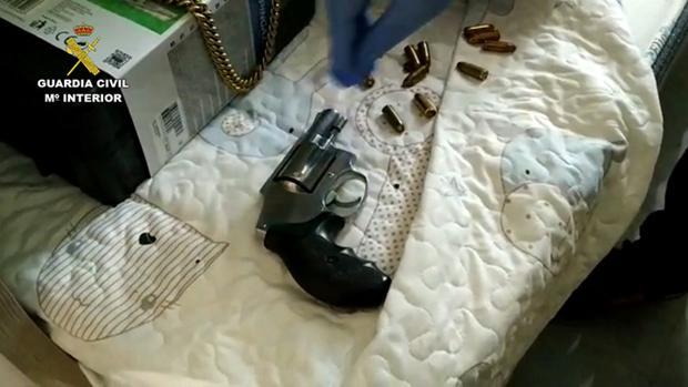 Una de las armas incautadas en la operación contra la organización del «Messi del hachís»
