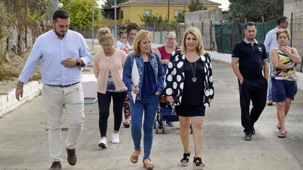 La alcaldesa de Jerez en una visita a una de las barriada