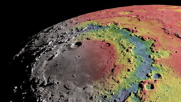Imágen del mar Oriental, de casi 1.000 kilómetros de diámetro, coloreada con información sobre la gravedad de la Luna y sobre su grosor