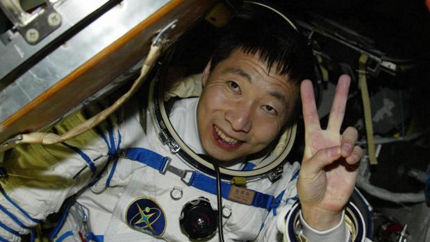 Yang Liwei, el primer astronauta chino, saluda justo después de aterrizar tras su viaje espacial