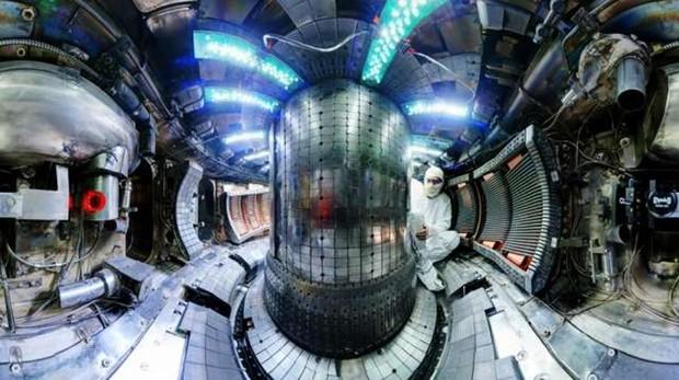 El interior del experimento de fusión Alcator C-Mod, también del MIT, con uno de los científicos encargados de revisar las instalaciones que albergarán el proyecto SPARC