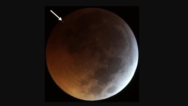El destello del impacto del meteorito en la Luna eclipsada, visto como el punto en la parte superior izquierda