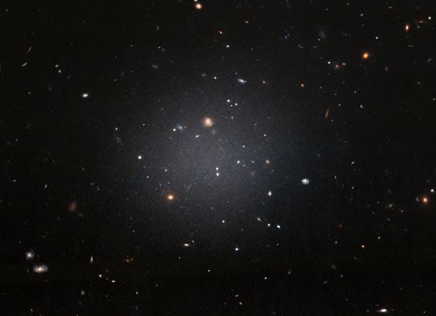 Imagen de NGC 1052-DF2 captada por el Hubble. Unos astrónomos concluyeron que está a unos 65 millones de años luz, ahora se propone que está a 39 millones de años luz
