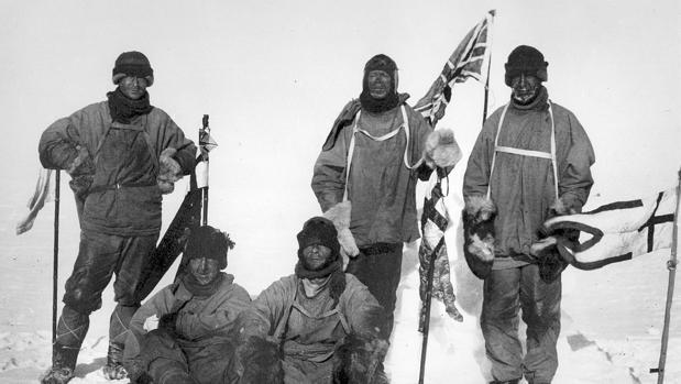 Los miembros del equipo de Scott en el Polo Sur, el 18 de enero de 1912. De izquierda a derecha, de pie: Oates, Scott, Wilson; sentados: Bowers, Evans