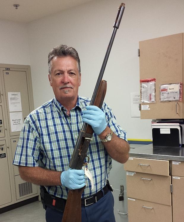 El detective Mike Ciesynski, con la escopeta de calibre 20 con la que Kurt Cobain se suicidó