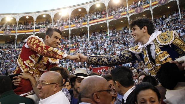 Manzanares y López Simón se estrechan la mano en su salida a hombros de Las Ventas