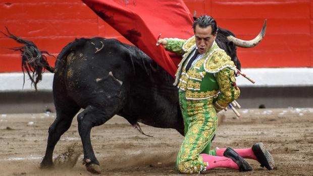 Manoletinas de rodillas de Iván Fandiño al segundo toro de la tarde