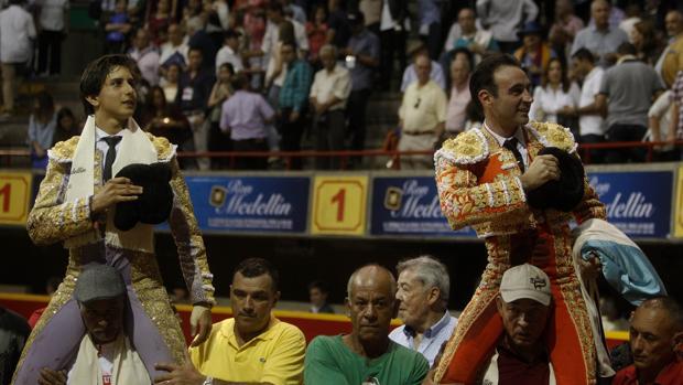 Roca Rey y Enrique Ponce salen a hombros de la plaza de Medellín