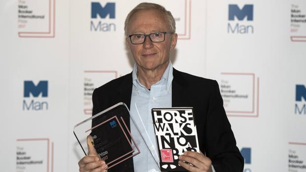 El escritor israelí David Grossman sostiene el premio Booker International, que ha logrado en su edición de 2017