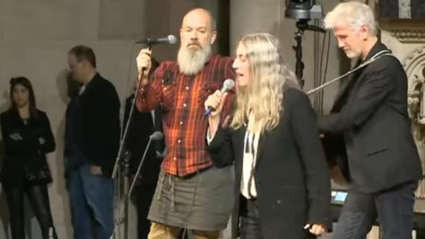 Patti Smith y Michael Stipe cantando juntos en el 20 aniversario del «Democracy Now!»