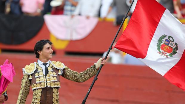 Andrés R oca Rey da la vuelta al ruedo con la bandera de Perú