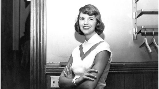 Sylvia Plath en un pasillo del Smith College en 1952-53