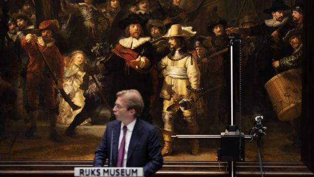 El director del Rijksmuseum, Taco Dibbits, hoy ante «La Ronda de noche» de Rembrandt