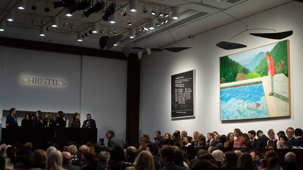 La sala en la que se subastó el Hockney del récord, a la derecha de la imagen