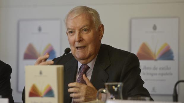 Víctor García de la Concha, director honorario de la RAE y coordinador del «Libro de estilo de la lengua», en la presentación de la obra