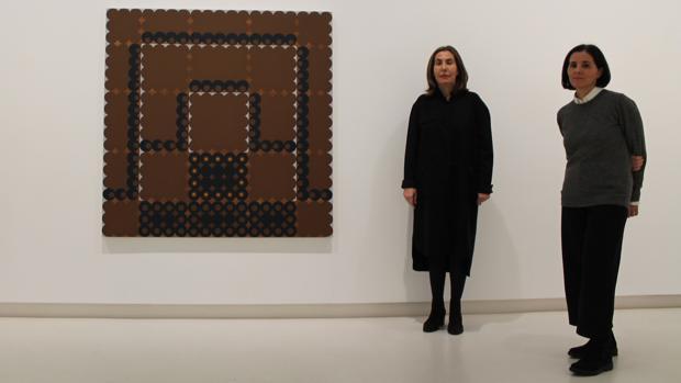 Elvira e Isabel Mignoni posan en la galería Elvira González junto a la pintura «Decoy», realizada por el artista estadounidense Dan Walsh