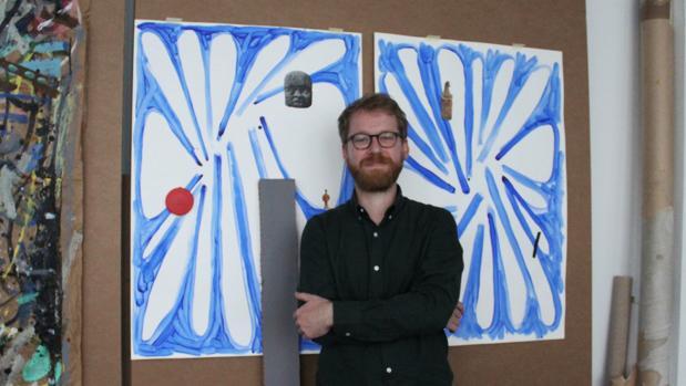 El artista Luis Vassallo junto a los bocetos de su última obra: «Buscadores»
