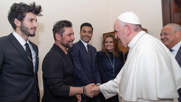 Sebastián Yatra, Miguel Poveda y Carlos Rivera, saludando al Papa Francisco