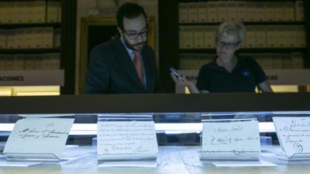 Unos visitantes observan ayer ejemplares de cartas de ultramar en el Archivo de Indias