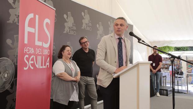 El adjunto al director de ABC Sevilla, Alberto García Reyes, junto a Marta Carrasco y Jesús Morillo