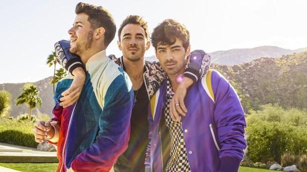 Imagen promocional del regreso de la banda Jonas Brothers; (de izq. a dcha.) Nick, Kevin y Joe Jonas