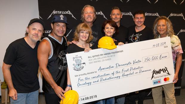 Metallica entrega el cheque para la construcción de un hospital