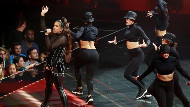 Rosalía, durante su actuación en los MTV Video Music Awards 2019